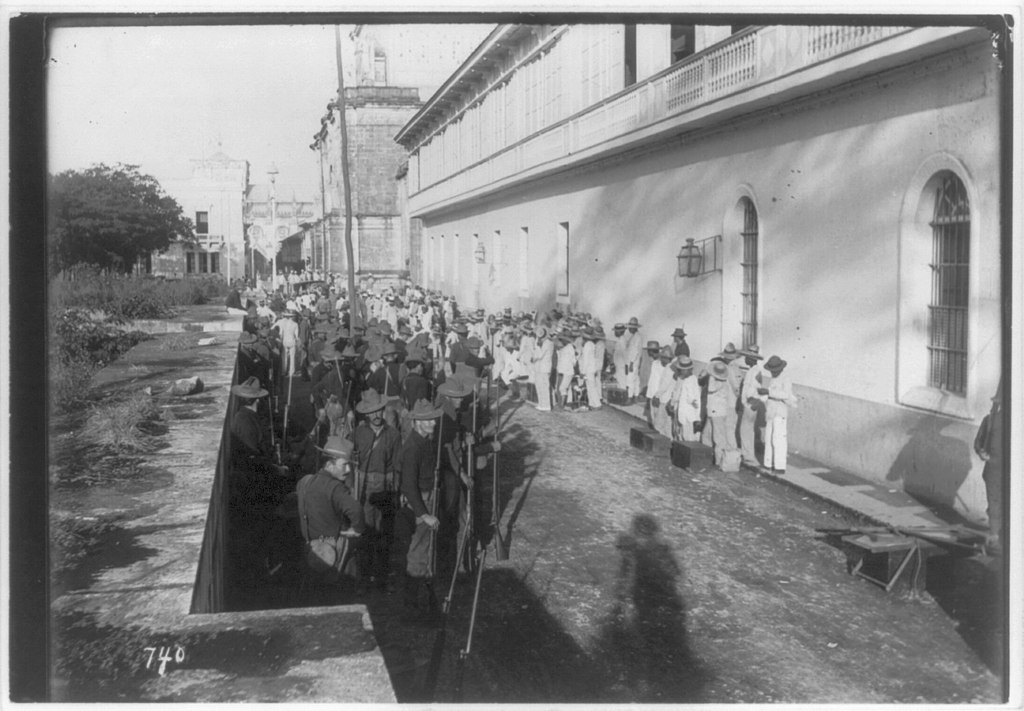 soldiers_and_insurrecto_prisoners_at_the_cathedral,_Walled_City